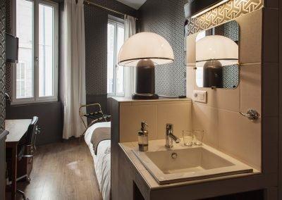chambre-basique-casa-ortega-marseille-douche